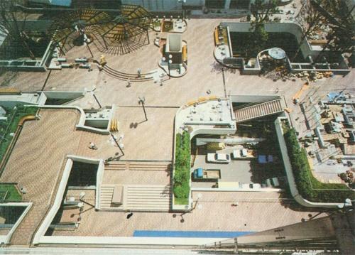 写真3■ 1979年の完成時。段差が多く、噴水や彫刻、公衆電話などがあった(写真:藤沢市)