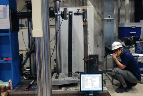 床版端部に埋め込んだ手すりの強度試験。東亜建設工業がKAPと協力して実施した(写真:東亜建設工業)