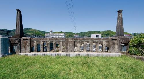 左岸側のテラス。旧橋の親柱はそのままの位置で保存。その間に2分の1径間の高欄がアーチの造形を崩すことなく収まった(写真:イクマ サトシ)
