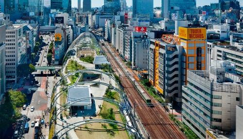写真1■ 屋上に都市公園を備えた複合施設「MIYASHITA PARK」を北側から見下ろす。明治通り(写真左)とJR山手線・埼京線に挟まれた南北に細長い敷地に立つ(写真:吉田 誠)