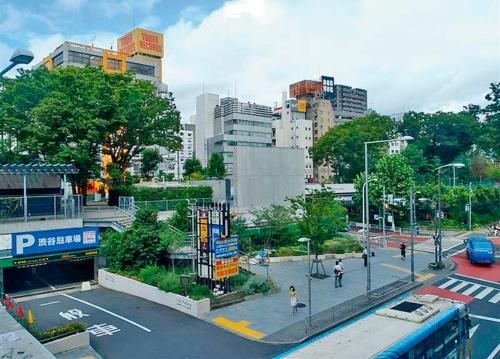 写真3■ 改修前。駐車場の上に旧宮下公園があった(写真:渋谷区)