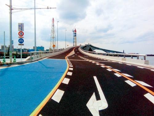 写真1■ 完成した浦添北道路の舗装。鋼桁区間の70m以外は、通常のシート防水とアスファルト舗装を施した(写真:琉球開発)