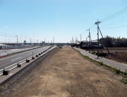 写真1■ 施工が完了した現場。建設予定の立体交差の橋脚などを支えるため、深層混合処理工法で地盤を強化した(写真:小川工業)