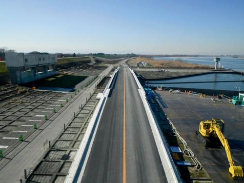 写真2■ 完成した工事用道路。近くに武蔵水路を管理する水資源機構利根導水総合事務所があり、サケの遡上を観察できる施設がある(写真:古郡建設)