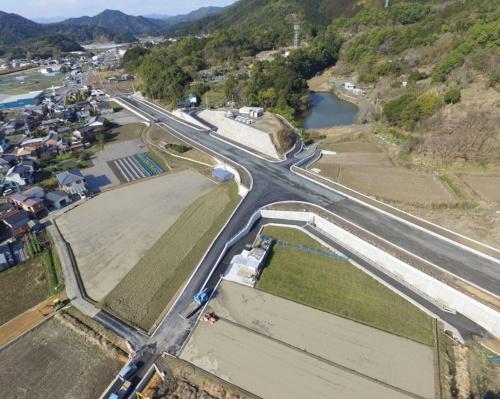 写真1■ 竣工時の現場。写真中央を横断しているのが国道56号大方バイパス(写真:福原建設)