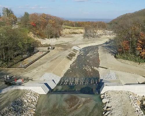 写真1■ 完成した石山頭首工。2016年8月の台風10号などで被災した旧施設を解体して造り直した(写真:高堂建設)