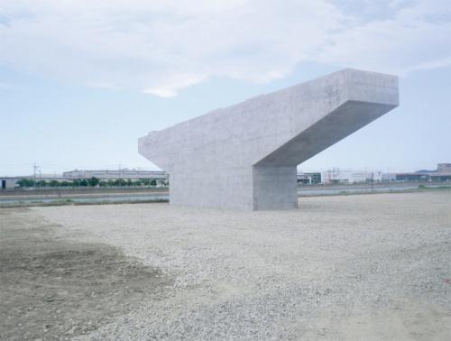 写真1■ 完成した沖洲高架橋P6橋脚。張り出しが比較的長い梁部はPC構造だ。支持層が深い位置にあるため、杭長74mの長尺杭を使用した(写真:姫野組)