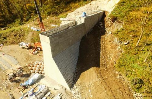 写真2■ 施工途中の堰堤。脱型が不要な残存型枠を使用してコンクリートを打設した(写真:坂本土木)