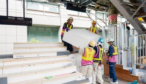 写真1■ EPS工法で埼京線ホームの階段部分を構築する。写真奥が上り線、手前が下り線。5月26日午前11時ごろ撮影(写真:大村 拓也)