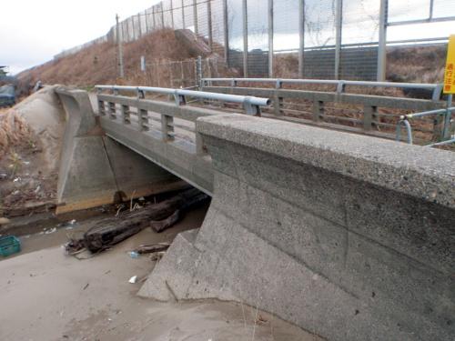 写真2■ 実証試験の対象となった石川県の海沿いにある小規模なコンクリート橋(写真:北陸SIP)