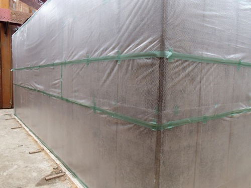 写真3■ 温度ひび割れの抑制対策として、打設後に気泡緩衝材で保温養生している(写真:JCI近畿支部「暑中コンクリート工事の現状と対策に関する研究専門委員会」)