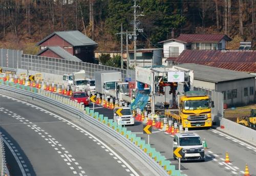 写真2■ 通行規制は1車線のみ。隣の車線を一般車両が走る中、工事を進める(写真:大林組)