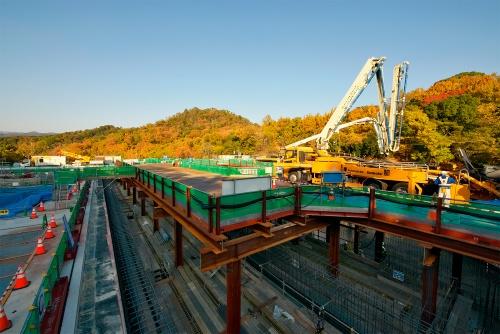 写真1■ 更新対象の1号池と2号池のうち、写真左の1号池は既に供用を開始。右の2号池では底版コンクリートを打設していた。2020年11月17日に撮影(写真:生田 将人)