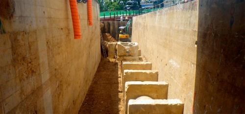 写真3■ 2号池(写真右)と4号池(左)の間にある既設配管。4号池と新設した1号池を稼働させた後に撤去した(写真:飛島建設)
