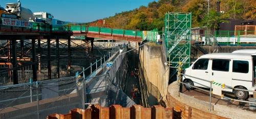 写真4■ 2号池(写真左)と4号池(右)の境界部分。2号池の一部の壁は土留めの役割を担っていた(写真:生田 将人)