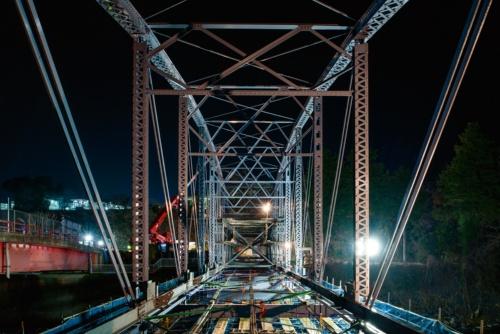写真1■ 復元したトラス部材を、夜間に架設している。写真奥に工場の入り口があるので、夜間しか大型重機を据え付けられなかった。2020年1月17日に撮影(写真:大村 拓也)