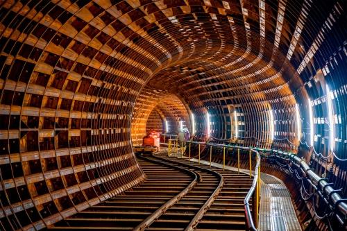 写真1■ 河川に沿って構築されたシールドトンネル。写真は5つの曲線が連続する区間で、手前が発進たて坑から13番目、最奥が9番目の曲線部(写真:大村 拓也)