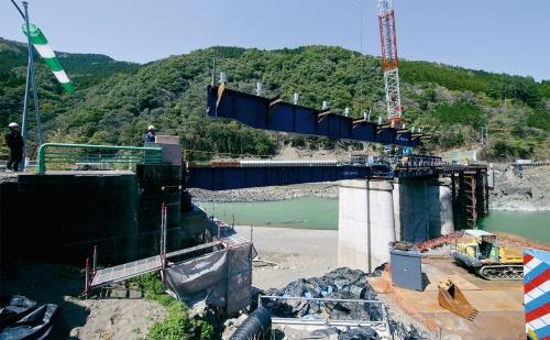 写真2■ 球磨川右岸側の最後の桁を架設している様子(写真:イクマ サトシ)