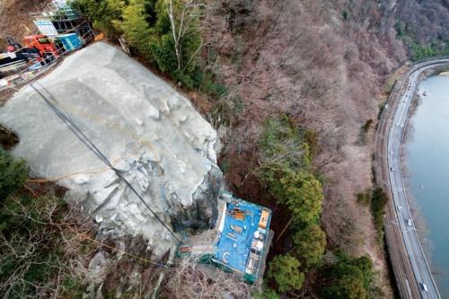 写真1 ■ 通称「13号タワー」と呼ぶ塔状の一枚岩を上部から見下ろす。斜面の下にJR上越線と国道17号が通る。右端は利根川。2018年3月撮影(写真:吉田 誠)