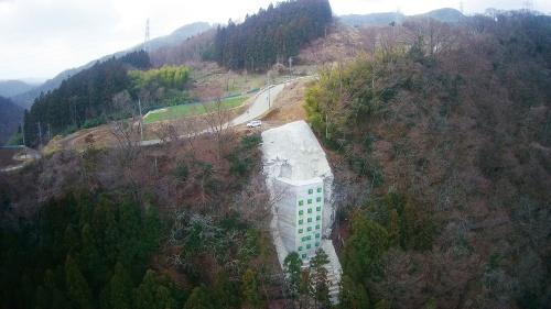 写真3 ■ 19年3月の竣工後に現場を上空から撮影。山の斜面に直壁コンクリートの塊が現れた(写真:東鉄工業)