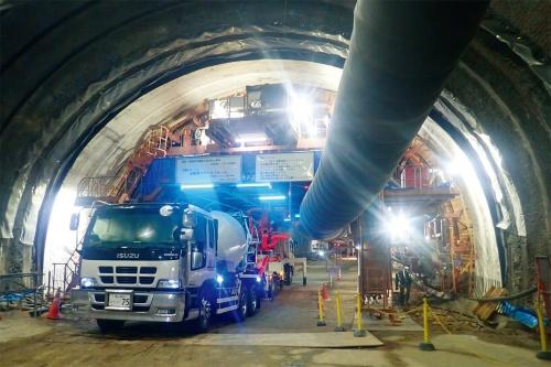 写真1■ 覆工コンクリートの施工作業を完全機械化した「自動化セントル」。機械操作の指示内容や施工中の測定結果は全て遠隔で確認できる(写真:西松建設)
