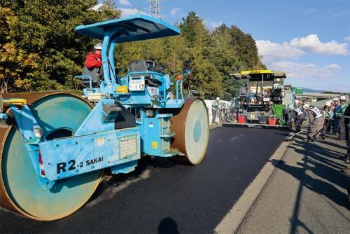 写真1■  NIPPOが施工する新東名高速道路6車線化の舗装工事。4車線を供用しながら狭い空間で作業が進む(写真:日経コンストラクション)