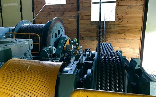 ケーブルクレーンの機械室。計4台のモーターで動かす(写真:清水建設JV)