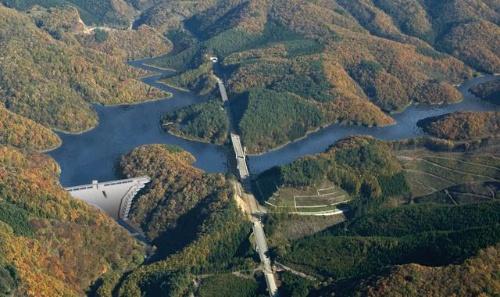 ダムの完成イメージ。総貯水量は1910万m<sup>3</sup>。治水対策と発電、水源確保を目的とする(写真:清水建設JV)