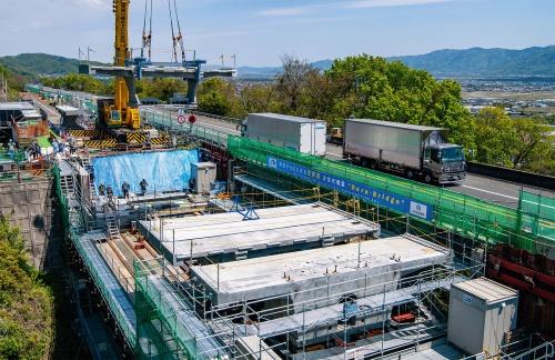 写真2■ 1994年に開通した徳島道を4車線化する。Dura-Bridgeを高速道路の本線で初適用するため、単径間の短い橋を選んだ。橋長27.5m(写真:大村 拓也)