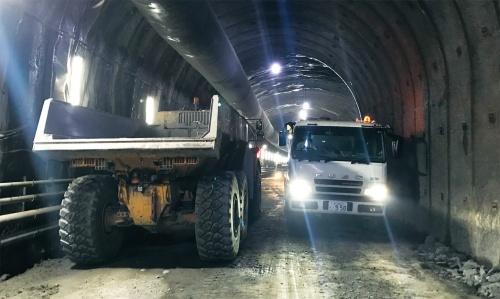 写真2■ 車両がすれ違う様子。放水路トンネルは幅が狭い(写真:鹿島)