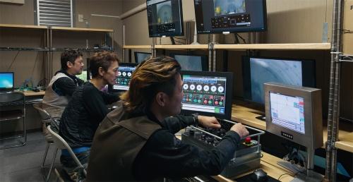 写真3■ 制御室内部。ドリルジャンボに搭載したカメラで撮った映像が、リアルタイムでモニターに映る(写真:生田 将人)