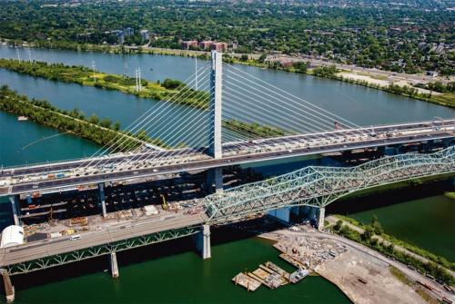 写真2■ 斜張橋の主塔は高さ170m。左右非対称のケーブルが張り出す。新橋はカナダの建国記念日である19年7月1日に開通した(写真:Signature on the Saint Lawrence)