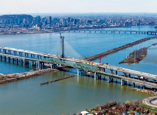 写真3■ 19年4月に撮影した施工中の様子。斜張橋の区間は約500mで、前後のアプローチ部にある橋脚の支間は約80m。床版防水や舗装などの敷設工事が始まろうとしている(写真:Signature on the Saint Lawrence)