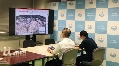 写真2■ 国土交通省の職員が遠隔地から岩判定会議に参加している様子。確認したい項目を質疑する(写真:国土交通省)