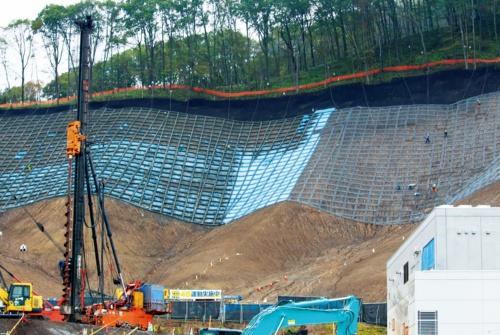 写真1■ 富里浄水場の北側斜面で表層崩壊が発生した北海道厚真町富里地区。厚真町が65億円を投じて建設した浄水場は、地震が発生するわずか1カ月前の2018年8月に稼働したばかりだった。19年10月撮影(写真:日経 xTECH)