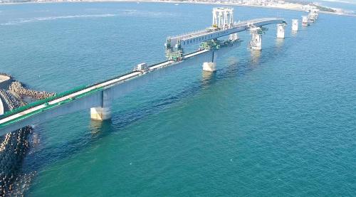 写真2■ 右岸側では架設桁による架設が進む。20年11月18日に撮影(写真:西日本高速道路会社)