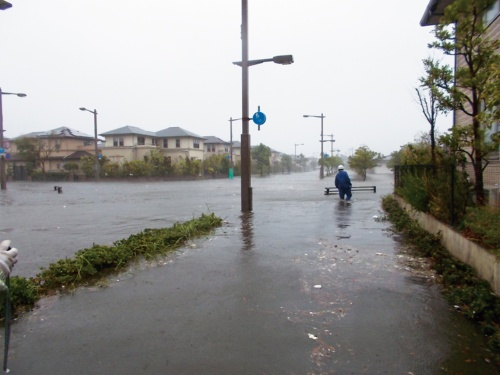 写真1■ 台風21号に伴う高潮、高波で浸水した芦屋市の南芦屋浜。9月4日午後2時過ぎに撮影(写真:芦屋市)