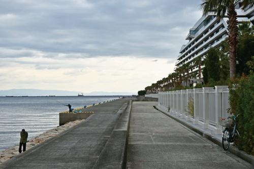 写真2■ 南芦屋浜の東護岸。付近の会員制リゾートホテルはこのエリアの高級イメージ形成に一役買っている(写真:日経コンストラクション)