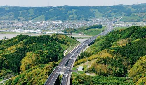 写真2■ 新東名高速道路。重要物流道路に指定される見通しだ(写真:大村 拓也)