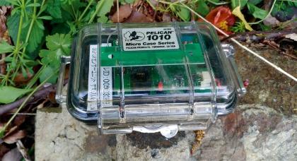 実証実験で、鉄道沿線の斜面上にある岩石に取り付けたセンサーの試作機。加速度計やバッテリー、通信装置などを内蔵している(写真:ジェイアール西日本コンサルタンツ)