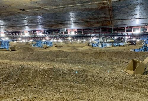 写真1■ 実証現場となった呑龍(どんりゅう)ポンプ場の工事中における作業室の様子。遠隔操縦の掘削機を12台用いた。そのうち自動化したのは6台。実験中は、残りの6台の作業を止めた(写真:オリエンタル白石)