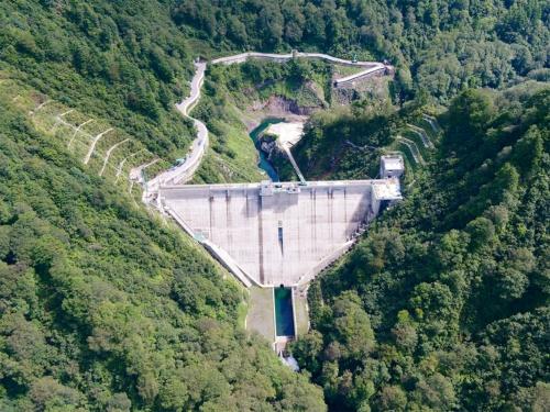 写真1 ■ 新潟県胎内市に建設した奥胎内ダム。堤体の中央付近の常時洪水吐きにはゲートを設けていない。試験湛水前の2018年9月11日撮影(写真:新潟県)