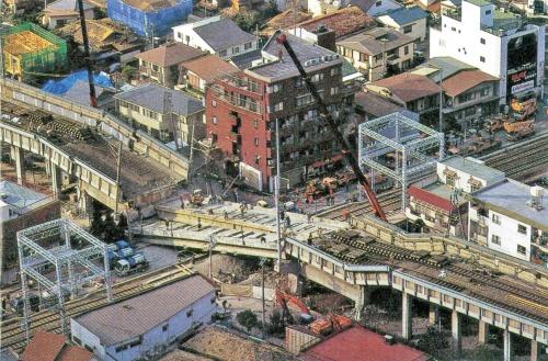 写真1■ 山陽新幹線の高架橋のラーメン橋台が倒壊したことで、8本のPC桁が阪急今津線の上に落ちた。桁はクレーンで吊り上げ、再利用した(写真:三島 叡)