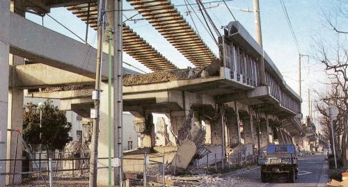 写真2■ 柱がせん断破壊し、レールが宙吊りになった山陽新幹線阪水高架橋。兵庫県西宮市内(写真:日経コンストラクション)