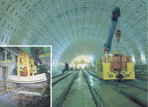 写真1■ 1次覆工が終わったトンネル内部(右)と、セグメント自動組み立ての様子(左)。右は西松建設JV、左は鹿島JVの工区。1995年に撮影(写真:日経コンストラクション)