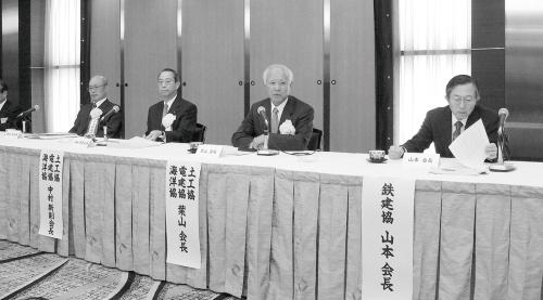 写真1■ 2006年4月、記者会見に臨む土工協などの幹部。右端が山本氏(写真:日経コンストラクション)