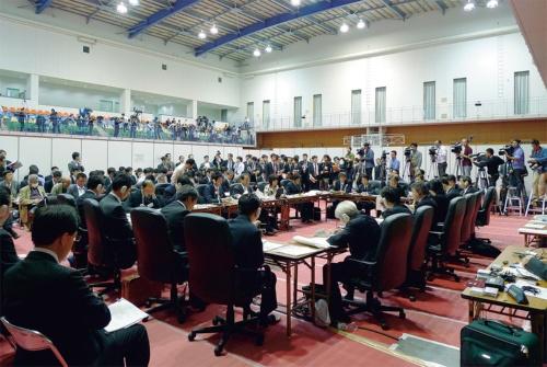写真1■ 民主党政権が2009年11月に開催した事業仕分けの様子(写真:日経コンストラクション)