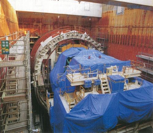 外径14.14m、重量約3150tの巨大なシールドマシンを組み立てる。川崎市・浮島取り付け部のたて坑で1994年3月に撮影(写真:玉井 強志)