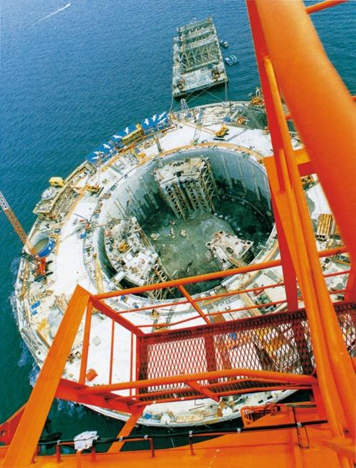 シールド機の発進基地となった川崎人工島。深さ119m、壁厚2.8m、内径98mという世界最大規模の地下連続壁で築いた(写真:日経コンストラクション)