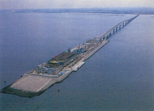 休憩施設の完成を間近に控えた木更津人工島(海ほたる)。橋の向かう先が木更津側。1997年3月に撮影(写真:三島 叡)